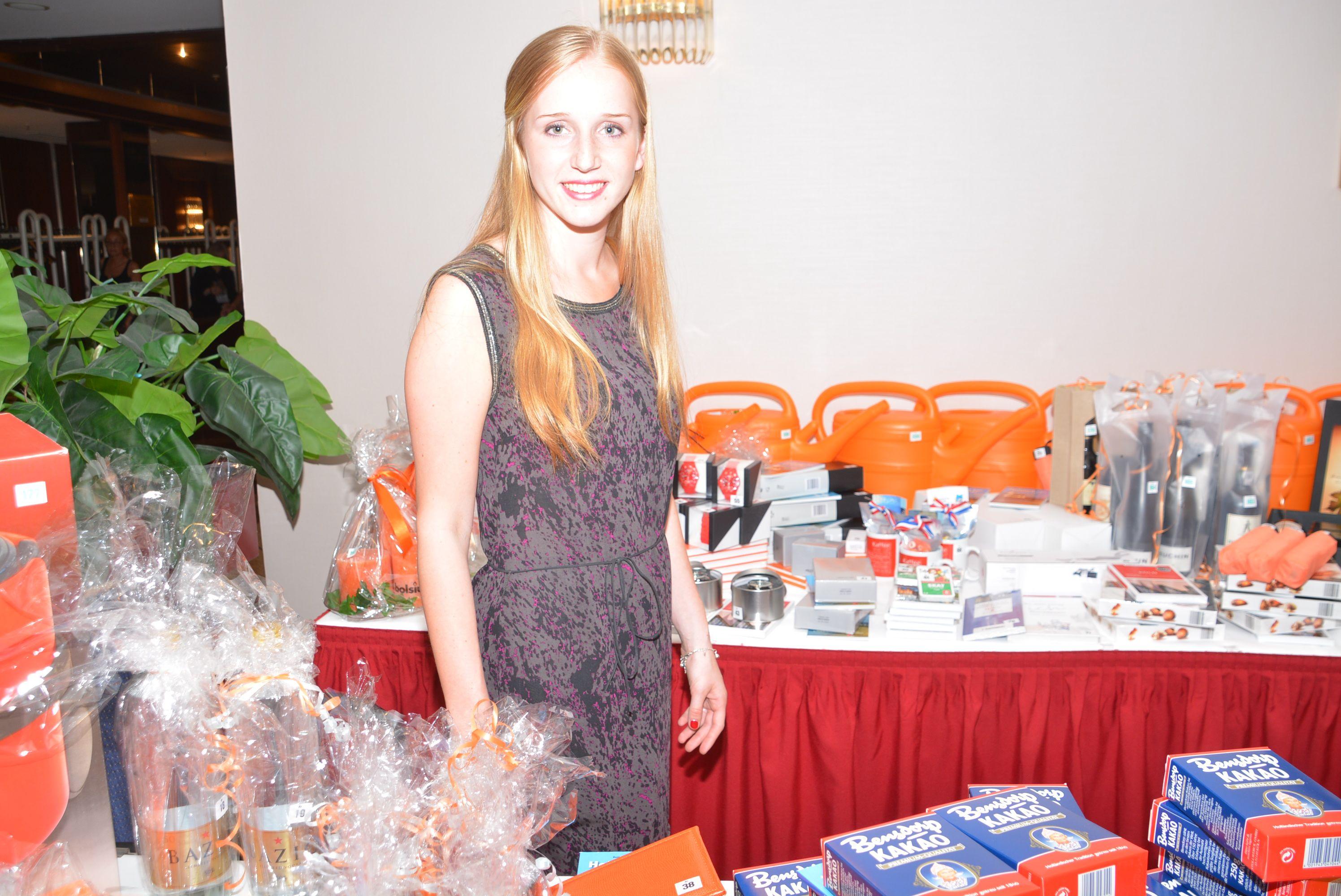 Glücksfee des Abends: Lisa vom Niederländischen Büro für Tourismus & Convention behütet den Tombolatisch