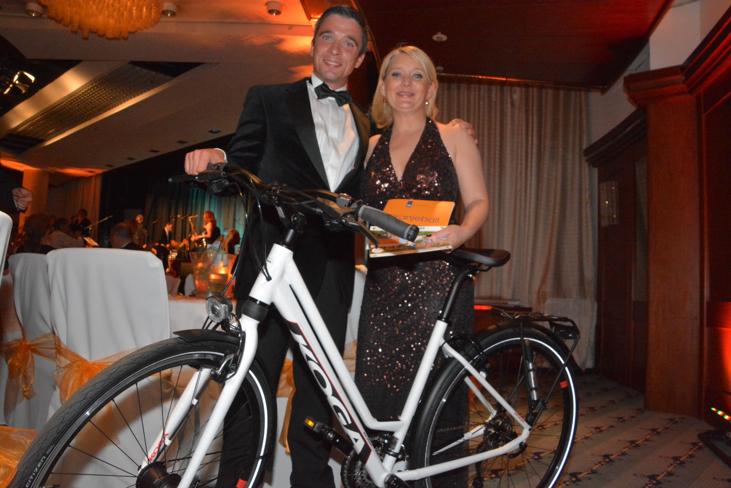 Hauptgewinn: Anouk Susan mit dem Gewinner eines Fahrrades aus dem Hause Koga