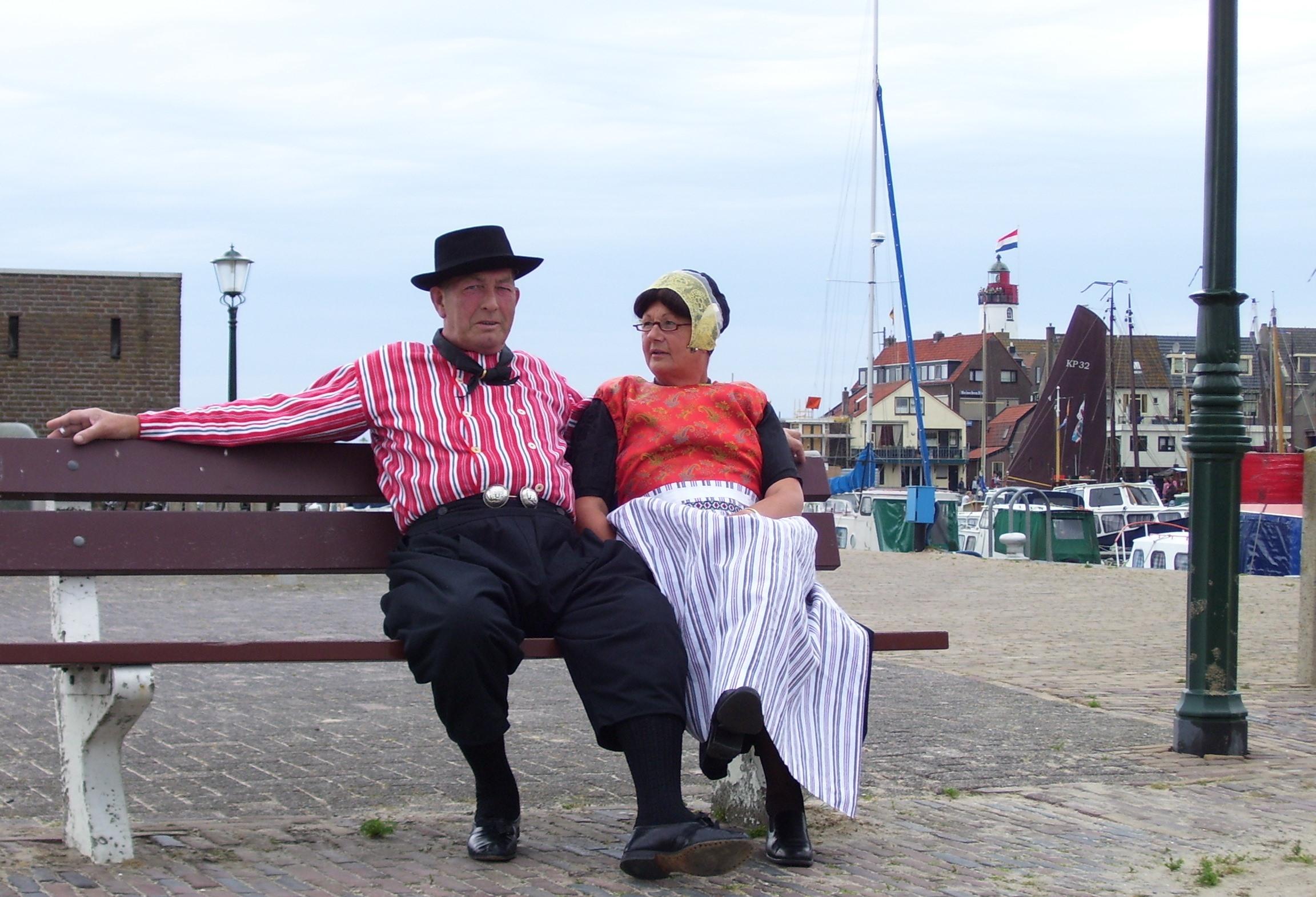 Paar in Tracht im Westhaven von Url
