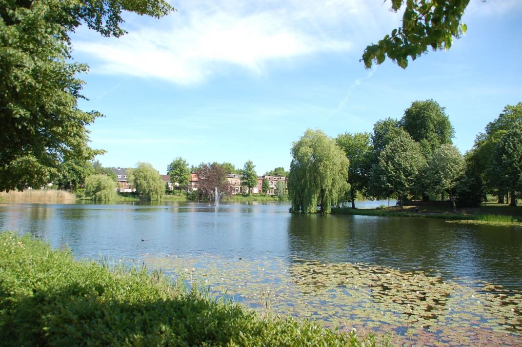 Großzügige Wasserflächen wie die Vispoortgracht prägen das Entree