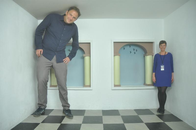Wahre Größe? Ralf Johnen von Grachtenundgiebel.de und Gastautorin Alexandra Klaus machten die Probe in Escher in het Paleis