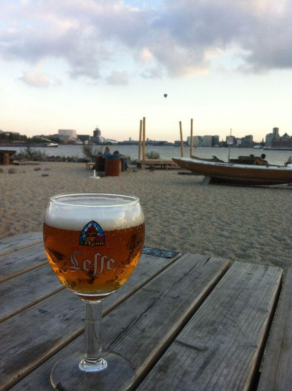 Bei der NDSK-Werft lockt der Stadtstrand des Café Pllek