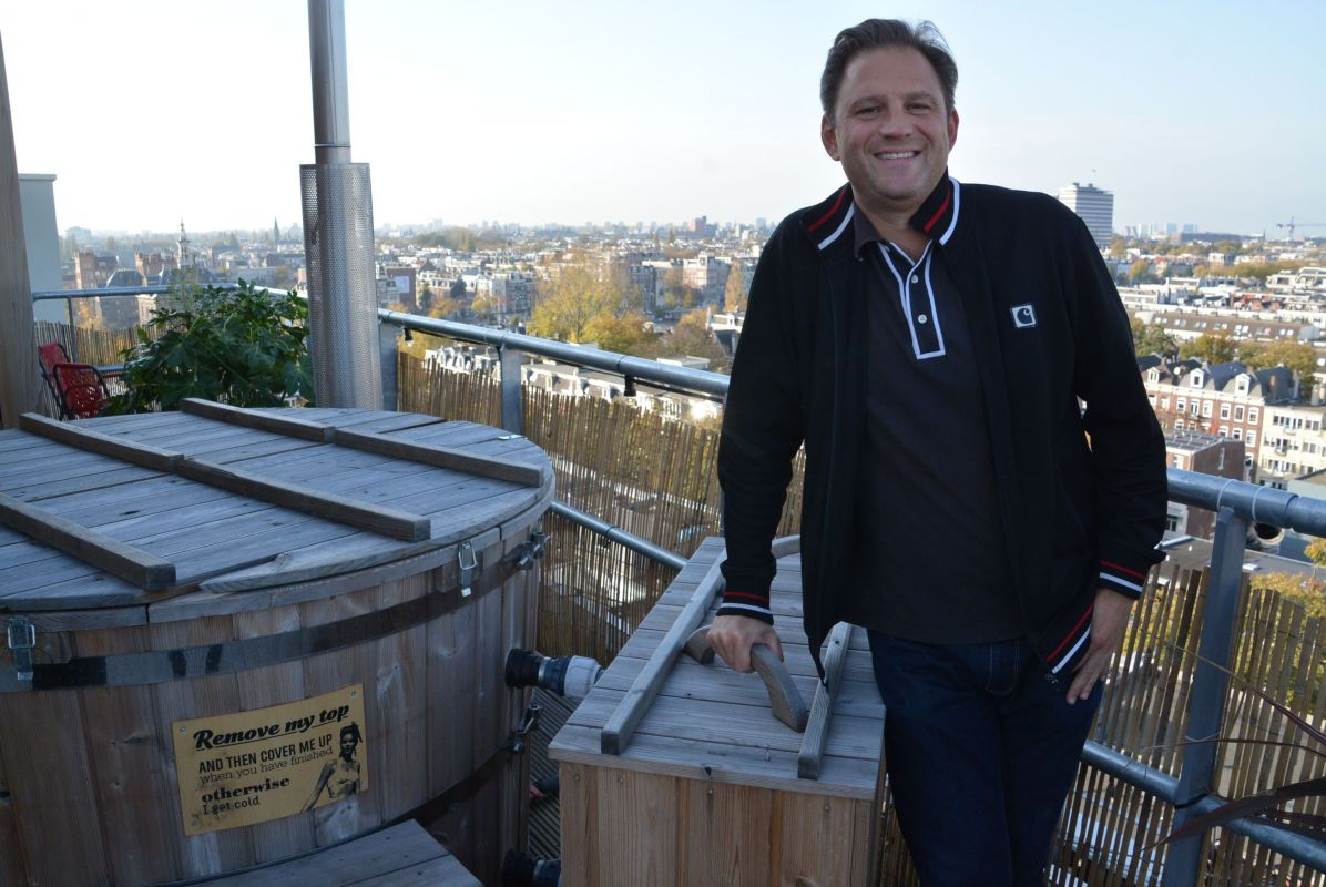Der Autor, glücklich auf dem Dach des Volkshotel
