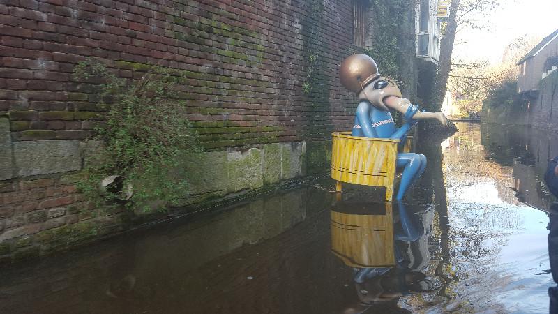 Eine von Bosch inspirierte Figur im Fluss Binnendieze in Den Bosch. Foto: Frida van Dongen