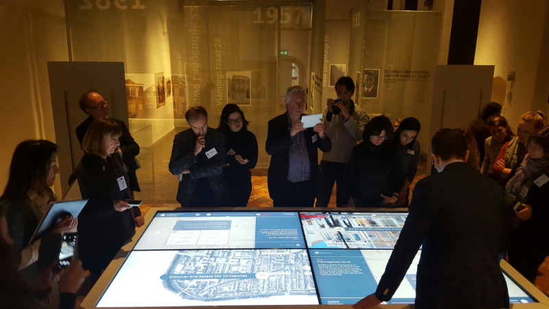Medienandrang bei der Eröffnung der Vemeer-Ausstellung im Museum Prinsenhof in Delft