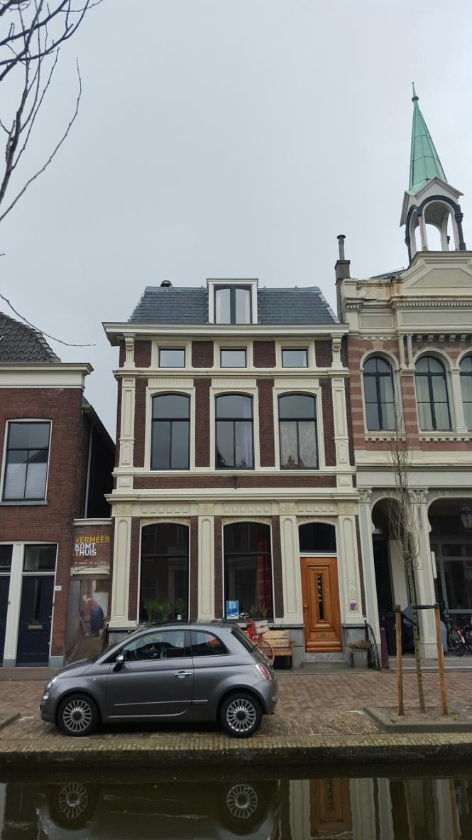 Hübsch, aber nicht spektakulär. Was hat es mit diesem Haus in Delft auf sich?