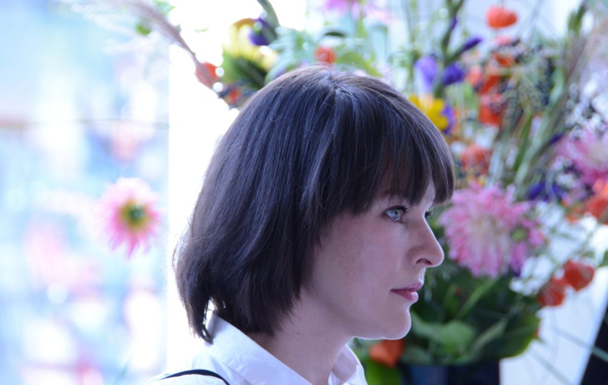 Shine on: Milla Jovovich mit Stilllebenrequisite