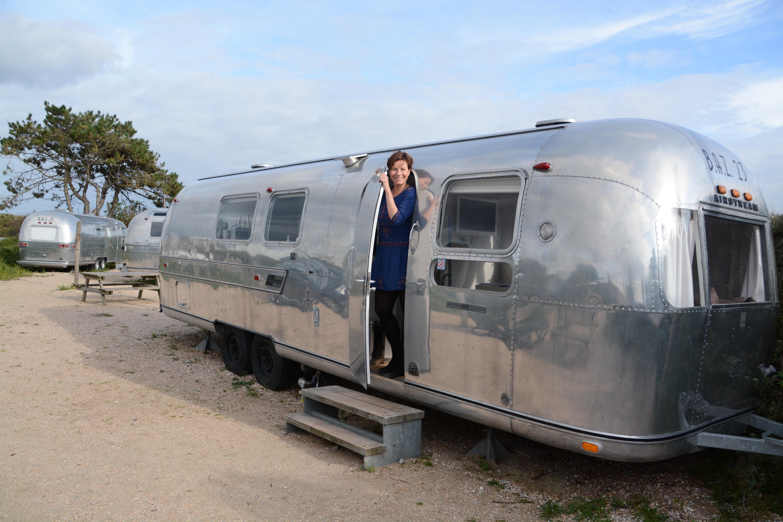 Autorin Alexandra Johnen in einem Airstream auf dem Campingplatz De Lakens. Foto: Ralf Johnen