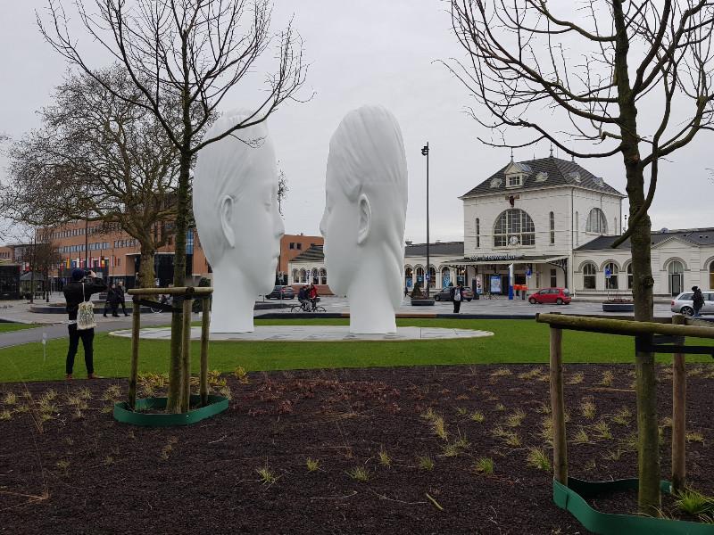 Einer der 11 Springbrunnen steht vor dem Bahnhof von Leeuwarden. Bild: Frida van Dongen